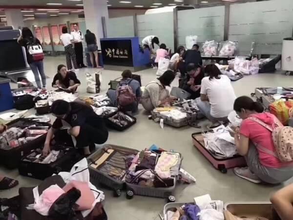 alt=中國-爆買客-觀光客-代購團-塞滿-日本-機場